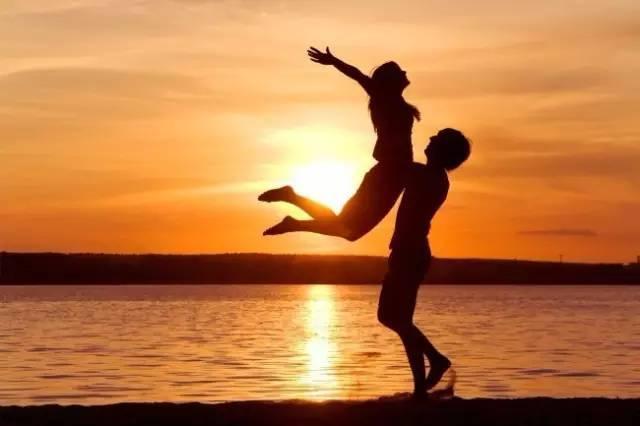 拥抱情人节:各种爱的抱抱传递着什么信号?