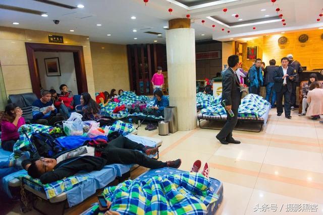 旅游旺季去黄山上的宾馆打地铺,100元都找不到地方