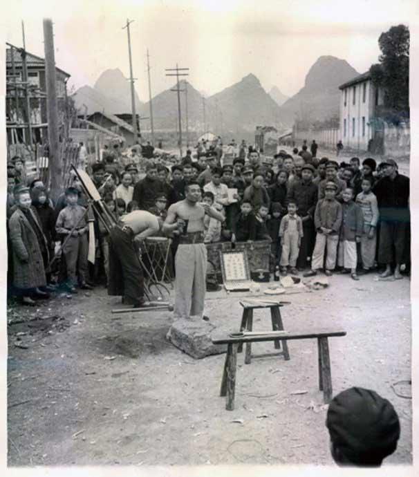 老照片:古时大街小巷的卖艺人