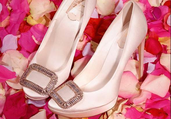 我宁可少买一个包,也不想错过林心如婚礼上的这双小方扣鞋