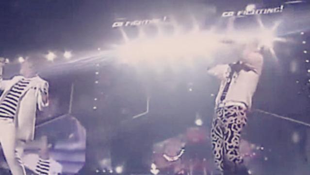 黄渤和哈林在雨中为粉丝演唱歌曲串烧,嗨翻全场!