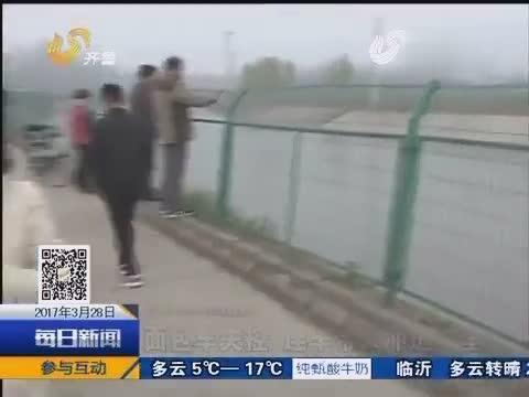面包车失控,司机为不伤害他人,自己竟撞上护栏冲进河里!