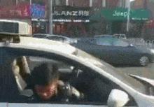 """四川一老汉""""碰瓷""""警车,想啥子呢_微辣Video-梨... -Pear Video"""