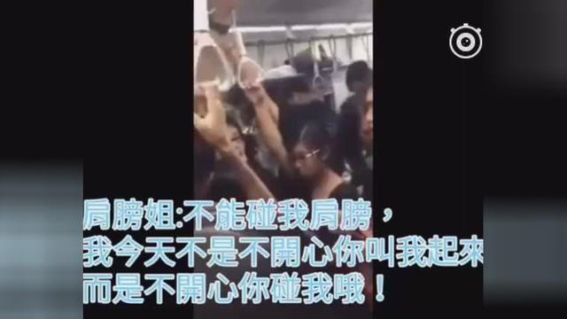 女子堵地铁门被叫起发飙:不能碰我肩膀