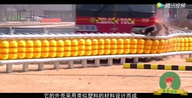 高速路护栏有多硬?监拍:宝马X5失控连续撞车 轮胎撞飞险坠桥