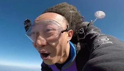 62岁刘晓庆高空跳伞水中畅游,自言从不装嫩