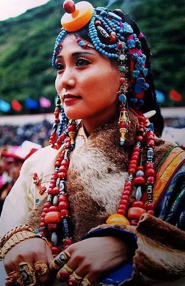 西藏有什么可以作为纪念品的饰物?