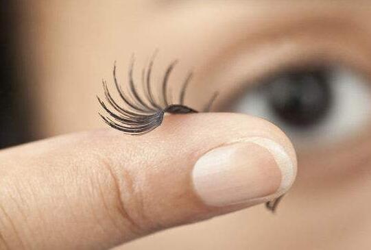 假睫毛怎么贴才自然?这个手法值得看看!