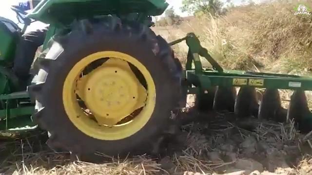 印度大叔真聪明,拖拉机后面挂个圆盘犁,耕地效果真不错