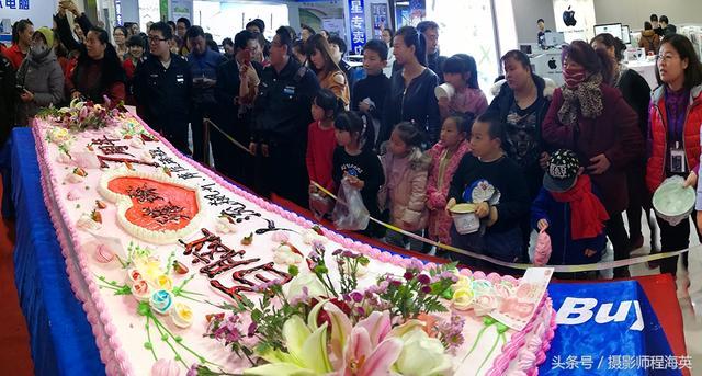東北商家店慶制作巨幅蛋糕,遭眾人哄搶,十分鐘妙光!