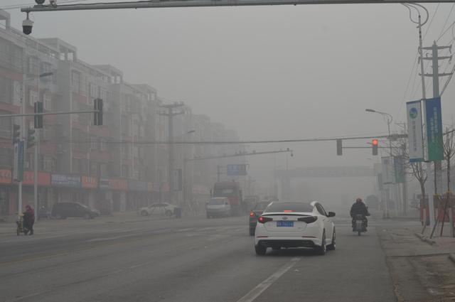 烛光一点:文安县左各庄镇工业区今天的雾霾不算重!