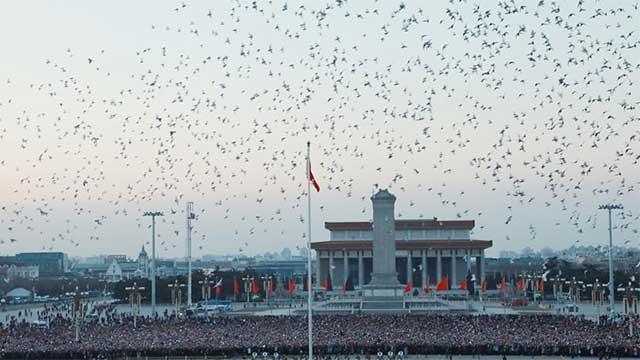 7月23日,天安门下雨,三军仪仗队冒雨举行升旗仪式,感动所有人