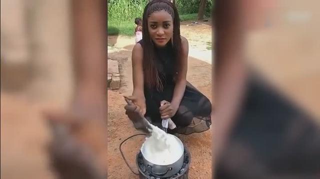 被称为非洲最漂亮的姑娘在做饭,看完果然名不虚传,太美了