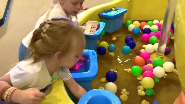 亲子互动,小萝莉去儿童乐园玩玩具车海洋球