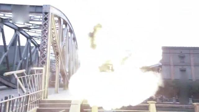 飞虎神鹰:杜马跳车,双鹰开着车瞬间爆炸掉进河里,元芳你在河里