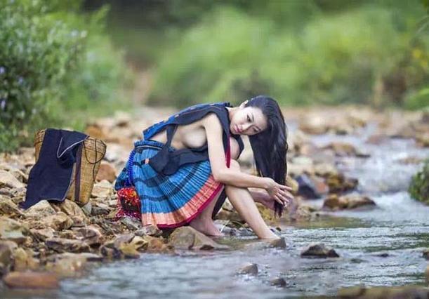 白裤瑶族女人洗澡图片