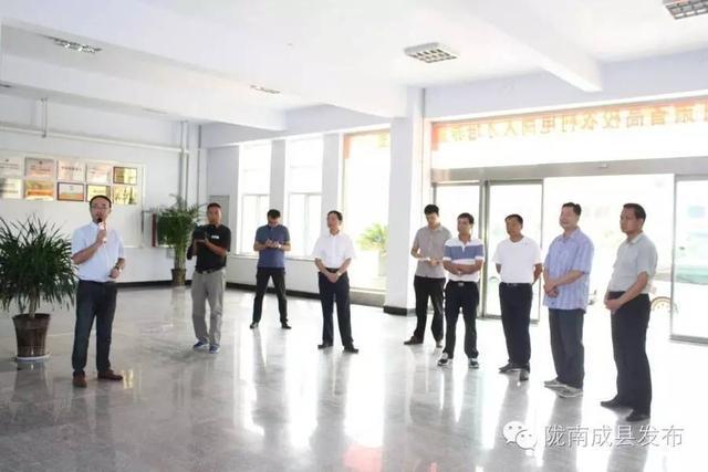 浓浓尊师情,拳拳重教心!成县四大班子领导开展第32个教师节慰问活动
