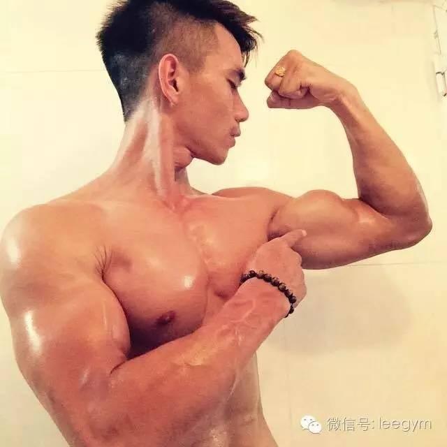 90后肌肉男拍内裤花絮,刮脸健身让胸肌腹肌更饱满