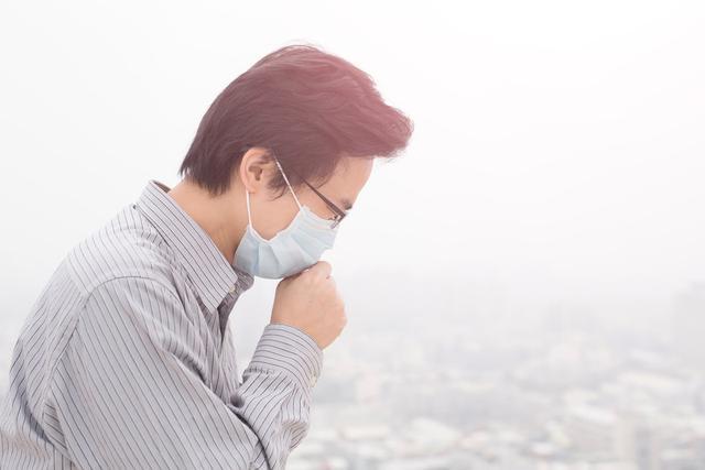 一直干咳,会变成肺炎吗?分清4种情况,安心呆在家里