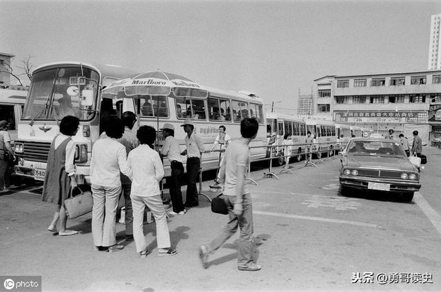 打工者排队挤公交车,有钱人打出租车:上世纪80年代的深圳