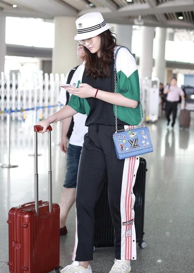 28岁惠若琪现身机场,身材高挑很漂亮,解说工作受好评 第2张