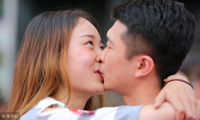 温柔的背后:为了气老师,女孩和男孩当着全班的面接吻!