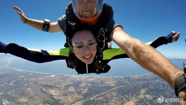 刘晓庆高空跳伞,依然保持自己面部肌肉不发生改变,注意安全啊!