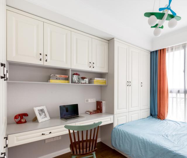 家里做一个书房太浪费空间,现在流行榻榻米组合柜,来客人也能住
