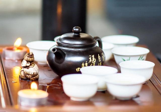茶桌上茶具的摆放图片