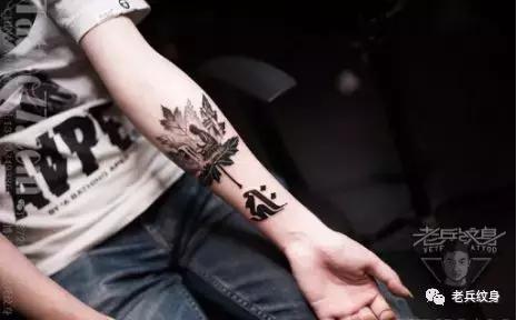 大臂内侧帅气小纹身,轻轻一抬大臂,帅气纹身