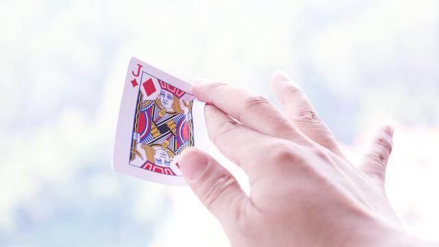 超酷回旋飞牌魔术教程,把妹就靠这招了,耍帅必学魔术!
