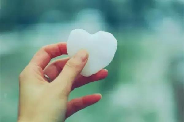 给我一个微笑就够了,我微笑时,如果你懂;只要握紧我的手,对我微笑就够了!