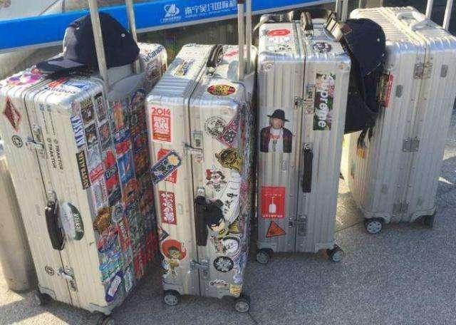 旅游下飞机时,游客们都不喜欢撕掉行李箱的标签,这是为什么?