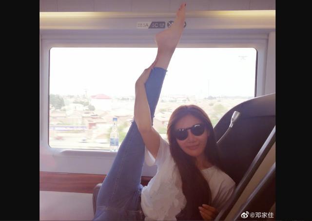《爱情公寓》唐悠悠在车厢内掰腿,举止不雅,会成为下一个涂磊吗