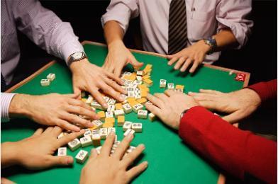 青年聚会打麻将高清图片下载-正版图片500765005-摄图网