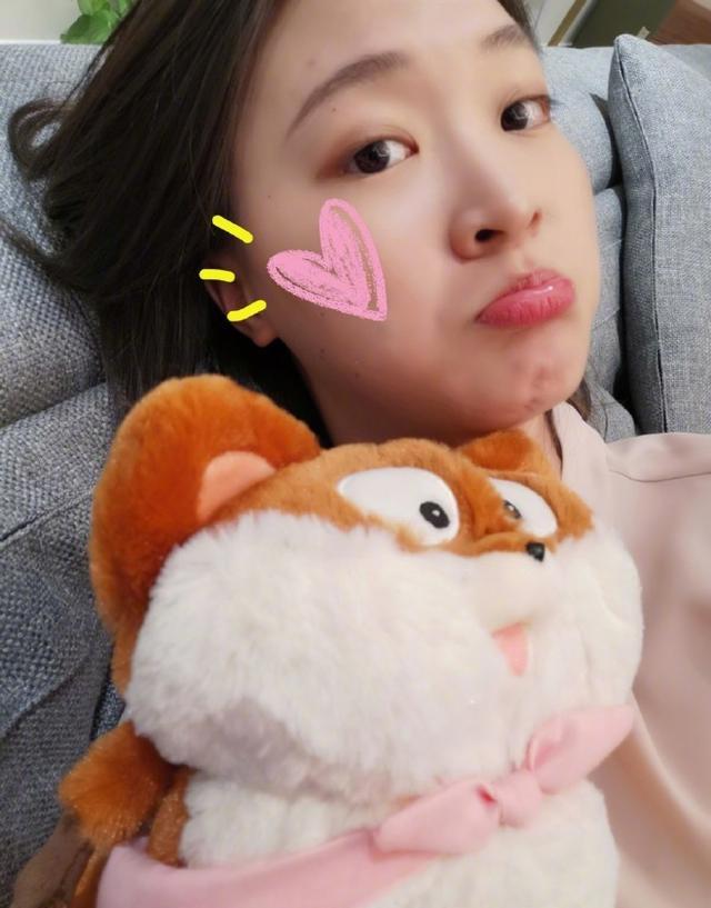 28岁惠若琪晒睡前自拍,笑容楚楚动人,直言开启冲刺模式 第4张