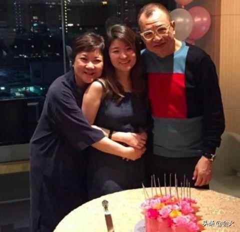 TVB老戏骨罕露面,继子和女儿相处和谐,全家早