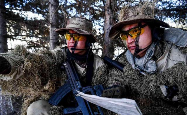 美军单兵装备很帅气,你是没见过精锐的解放军,来看看!