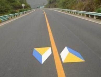 高速上开车,遇到这四种标线要小心,开错可能会被扣12分-第4张图片