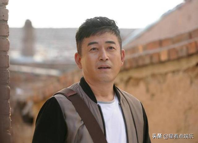 王志飞全家照曝光,小15岁妻子年轻漂亮,还圆了... _手机搜狐网