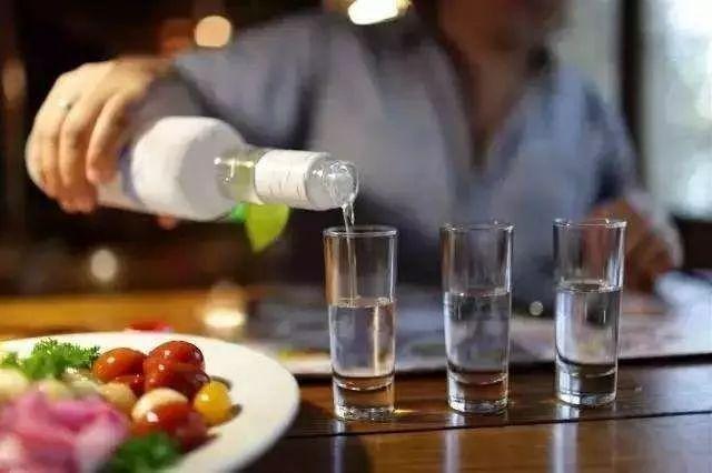 """酒前喝水还是酒后喝水?这是一道酒桌""""救命题"""""""
