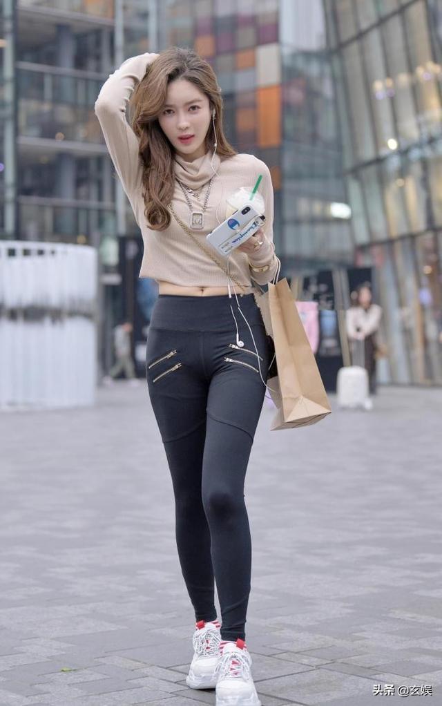 其实身材微胖的女生,穿紧身裤更能凸显好身材
