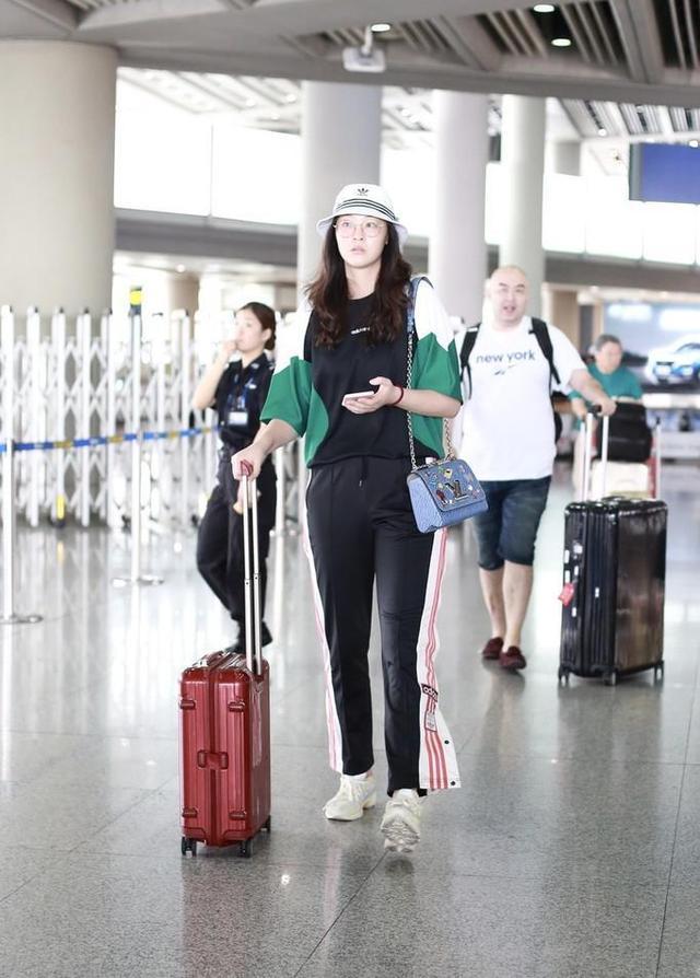 28岁惠若琪现身机场,身材高挑很漂亮,解说工作受好评 第3张