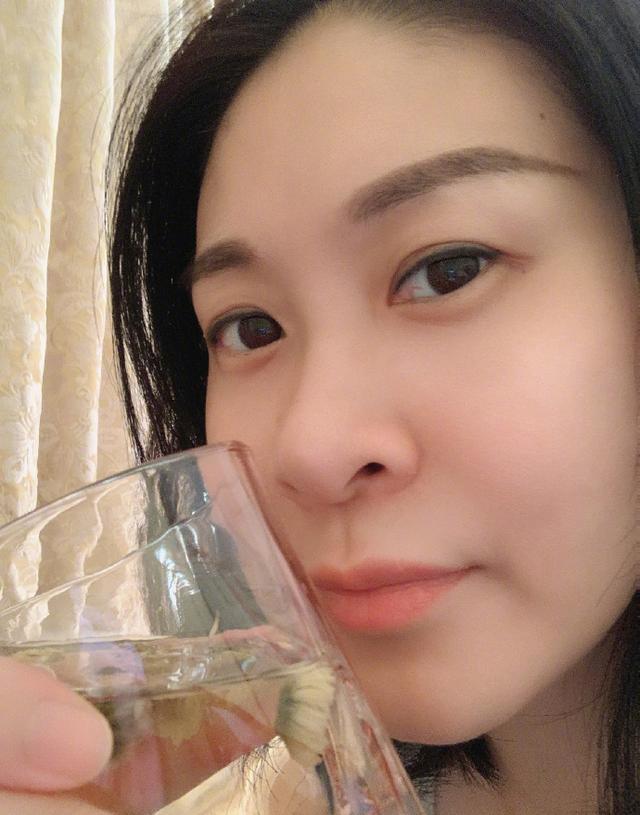赵蕊蕊晒人生感悟,品茶吃苹果看书,38岁单身不显老 第3张