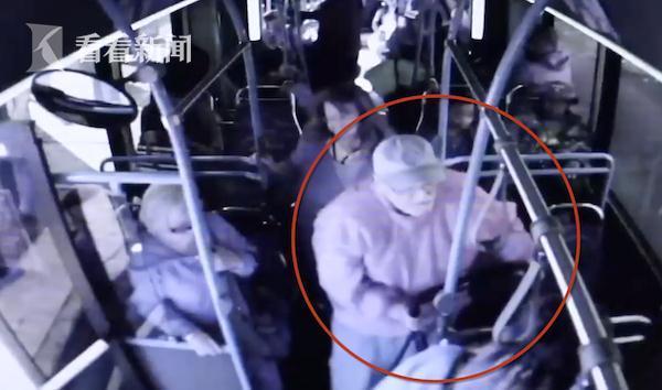 女子将年迈老人推下公交车 致老人重伤不治身亡