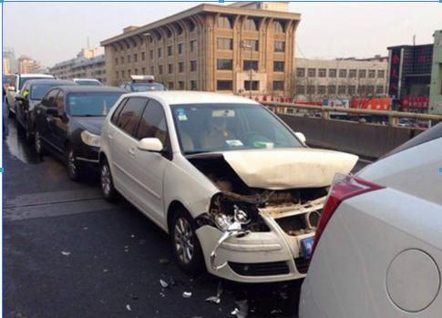 一组动图警示你:刹车在左油门在右  踩不踩对这关系到生命!