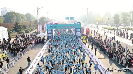 2019洪泽湖国际半程马拉松赛鸣枪开跑  9个国家和地区以及全国各地1.5万余名马拉松爱好者参加