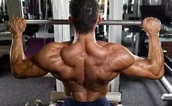 打造宽肩的四个复合型训练动作推荐
