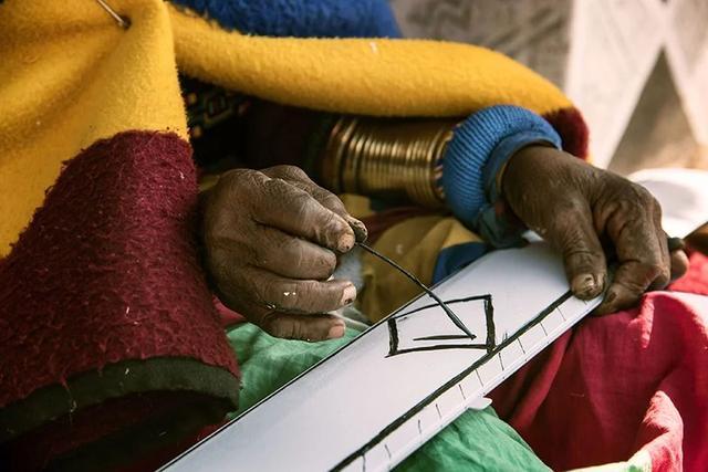 84岁非洲农村老太两次征服宝马,一双神手引世界瞩目