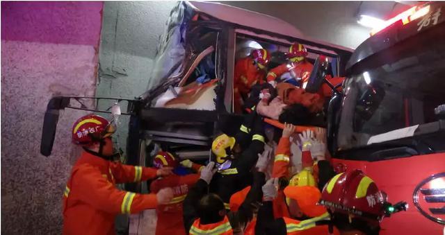 山西交通事故 山西一客车翻入路边一深沟造成3死19伤_温州视线